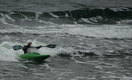 Gamla playbåtar är ofta bra surfkajaker, svårt att få på fenor men de är kul att surfa med.